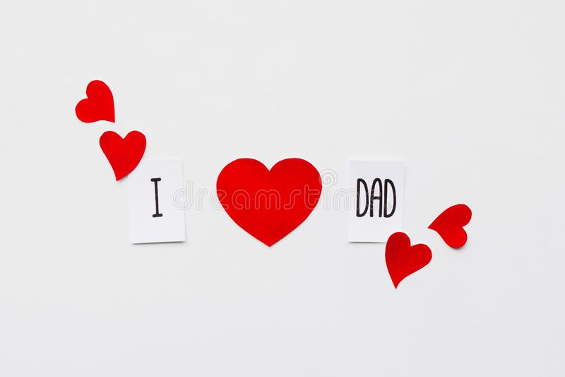Jour de p?res Message au papa et à beaucoup de coeurs de papier sur le fond blanc Vue sup?rieure Anniversaire images libres de droits