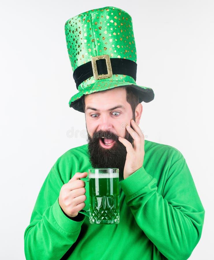 Jour de patricks de saint de partie int?grante de consommation d'alcool D?couvrez la culture Tradition irlandaise Hippie barbu br image stock