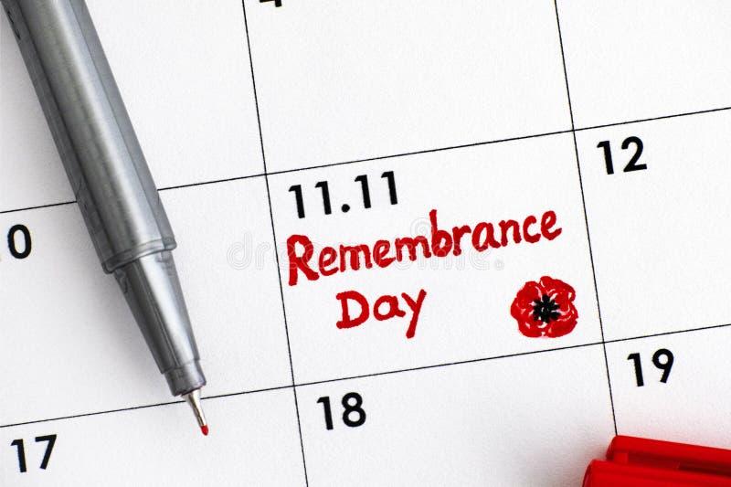 Jour de souvenir de rappel dans le calendrier avec le stylo rouge photographie stock