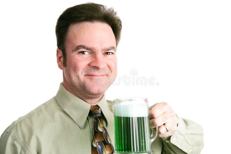 Jour de St Patricks - homme avec de la bière verte image stock