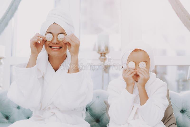 Jour de station thermale pour les personnes heureuses de sourire dans le salon de beauté photos stock