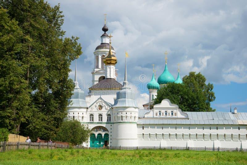 Jour de Sunny July à une porte sacrée de monastère sacré de Tolgsky Vvedensky Boucle d'or de la Russie photo stock