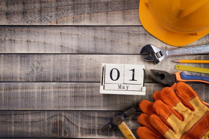 Jour de travail, calendrier de bloc en bois avec beaucoup d'outils pratiques sur la texture en bois de fond photographie stock libre de droits