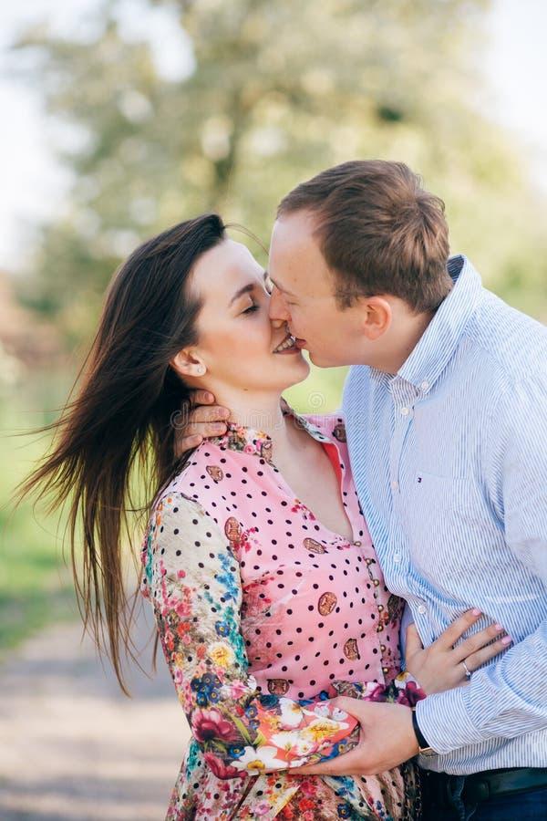Jour de Valentine Étreindre sensuel de beaux jeunes couples et embrasser sur la route en soleil parmi le gisement et les arbres d photos libres de droits