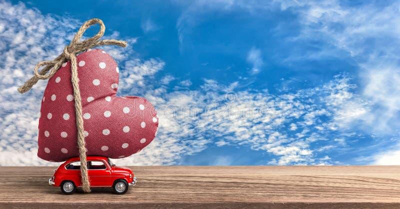 Jour de valentines entrant - coeur de transport de voiture rouge miniature photos libres de droits