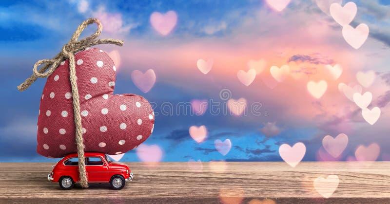 Jour de valentines entrant - voiture rouge miniature photographie stock libre de droits