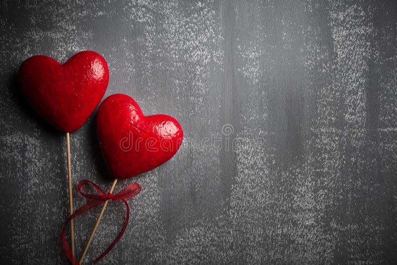 Jour de valentines et concept d'amour Deux coeurs rouges faits main avec le ruban rouge sur le fond en bois gris photographie stock