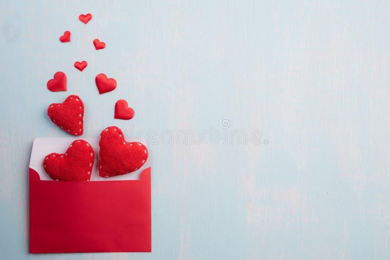 Jour de valentines et concept d'amour Les coeurs rouges éclaboussent de la couverture rose rouge de lettre sur le fond en bois de photos libres de droits