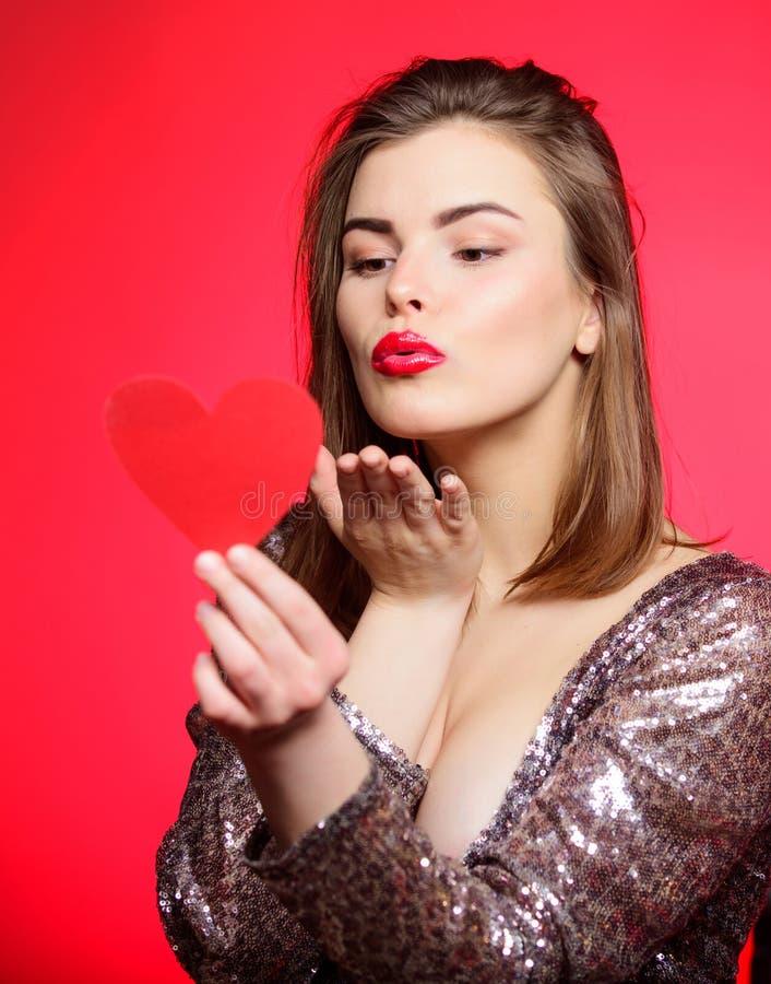 Jour de valentines et humeur romantique Baiser tendre de belle fille avec les lèvres rouges de maquillage Écartez l'humeur romant photographie stock