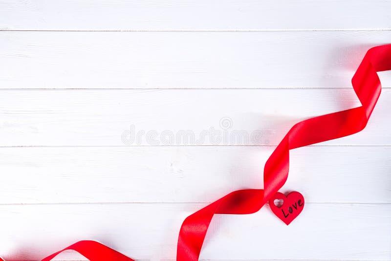 Jour de valentines heureux Coeur rouge de ruban sur le fond blanc Concept de jour de Valentines photo libre de droits