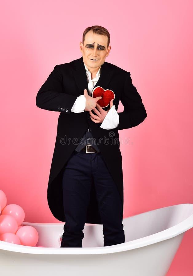 Jour de valentines heureux L'acteur de pantomime a la partie de célébration de valentines Mimez l'homme célèbrent le jour de vale image stock