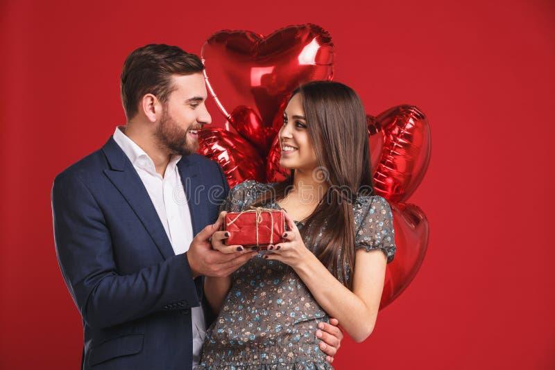 Jour de valentines heureux Le garçon donne un cadeau à sa fille image stock