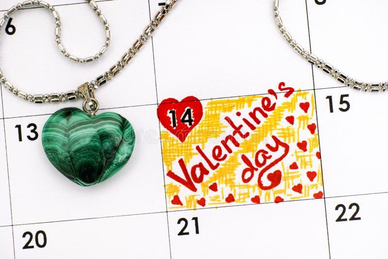 Jour de valentines de rappel dans le calendrier avec le coeur vert o de malachite photos libres de droits