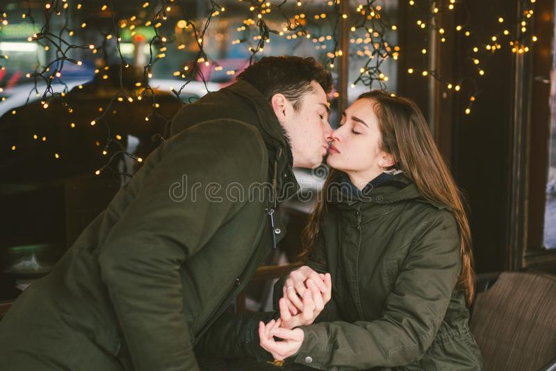 Jour de valentines de vacances d'amour de thème les étudiants universitaires de paires, amants hétérosexuels caucasiens en hiver, photo libre de droits