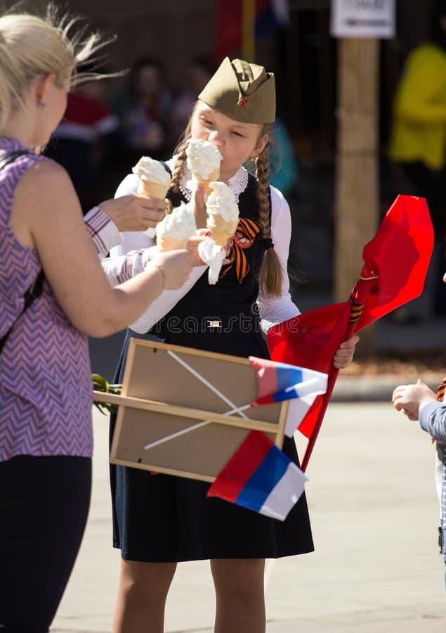 Jour de victoire à Moscou Belle fille dans l'uniforme militaire avec une crème glacée sur Victory Day image libre de droits