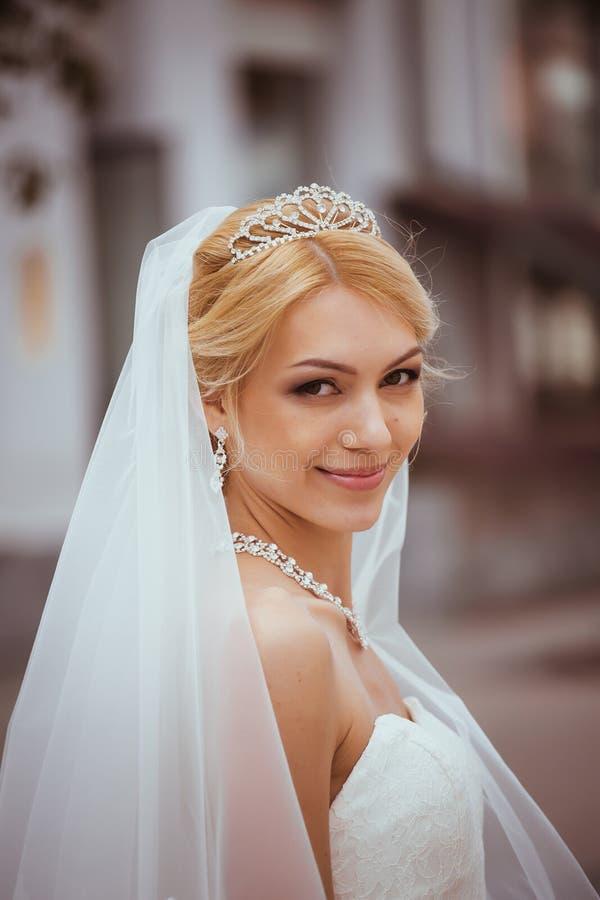 Jour du mariage Belle jeune mariée images libres de droits