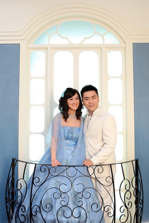 Jour du mariage de jeunes couples asiatiques photo stock