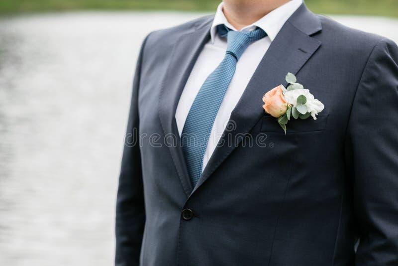 Jour du mariage Jeune marié sur la nature été photos libres de droits