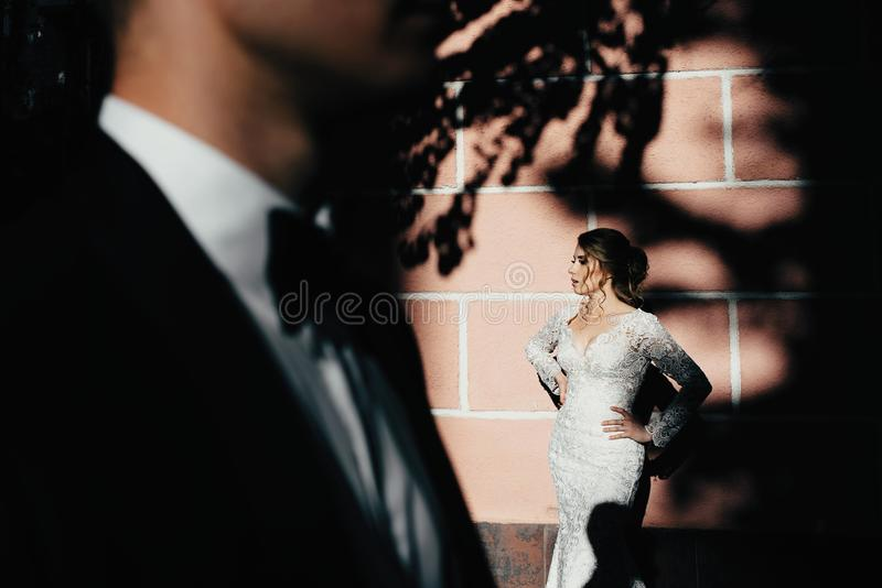 Jour du mariage Un jeune, bienveillant couple flânant autour de la ville et posant dans la perspective du mur rose image stock