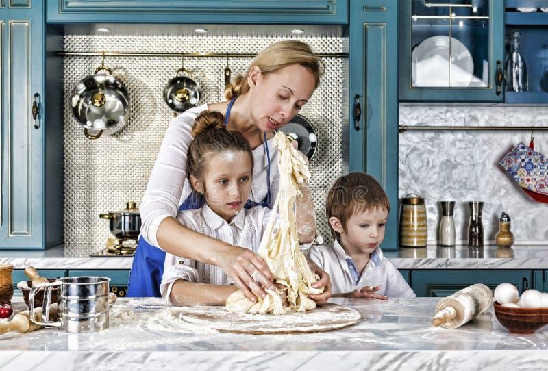 Jour du `s de mère faites cuire au four, en faisant cuire, famille, nourriture, pain, pâtes, pizza, ensemble, photo libre de droits