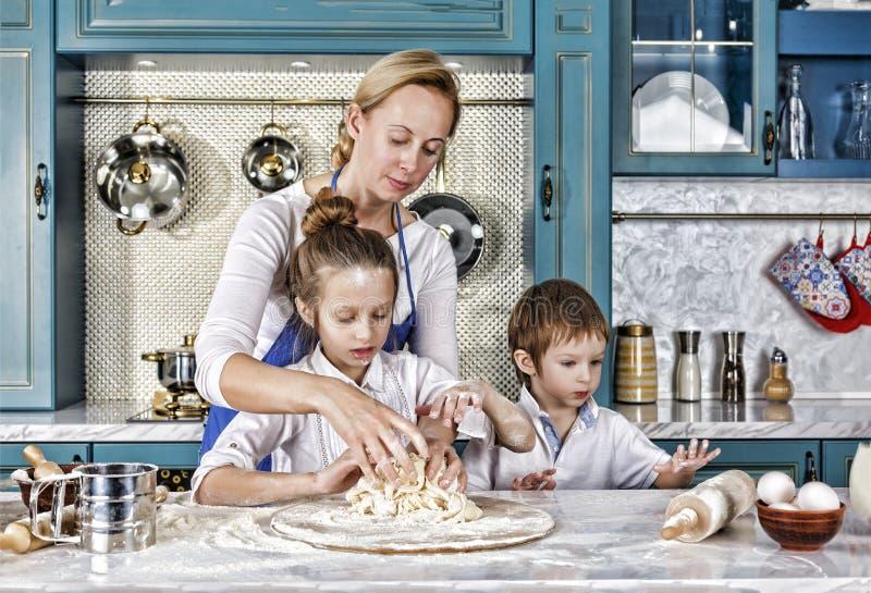 Jour du `s de mère faites cuire au four, en faisant cuire, famille, nourriture, pain, pâtes, pizza, ensemble, photos libres de droits