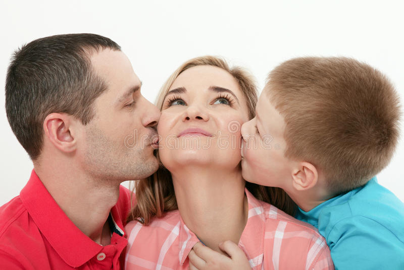 Jour du `s de mère Fils embrassant et étreignant sa mère Baisers de mari photo libre de droits