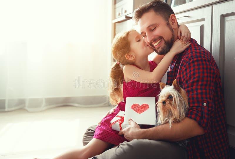 Jour du `s de père Fille heureuse de famille donnant la carte de voeux de papa images stock