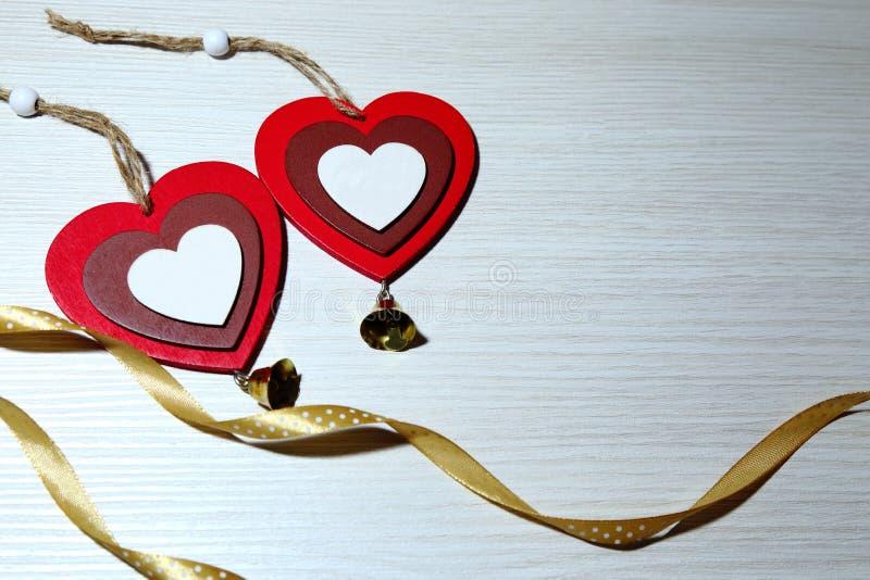Jour du ` s de St Valentine, amour Deux coeurs multicolores et un ri en soie images stock