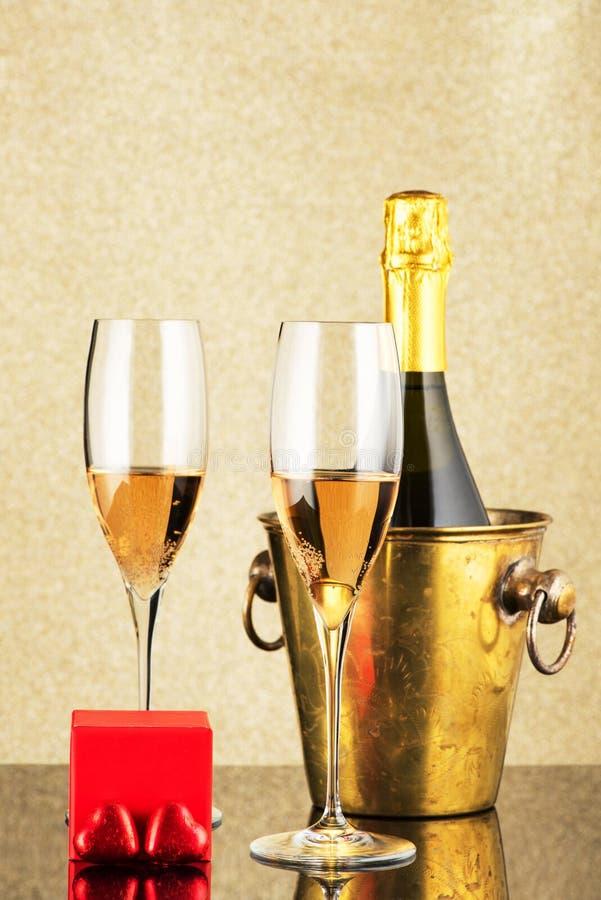 Jour du ` s de Valentine avec le champagne, le cadeau et les bonbons au chocolat sous forme de coeur photos stock