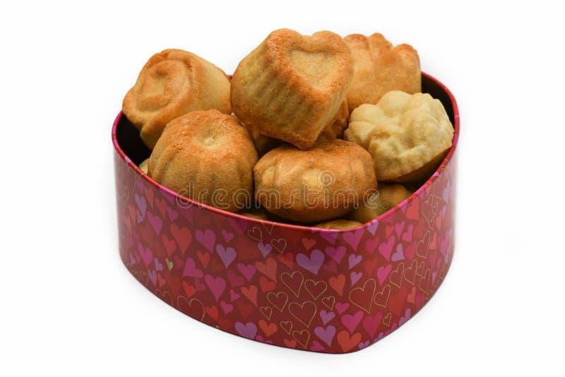 Jour du `s de Valentine Boîte en forme de coeur avec des biscuits sur le fond d'isolement blanc images libres de droits
