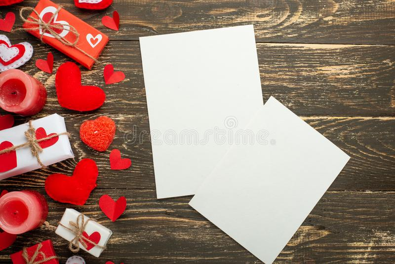 Jour du `s de Valentine Cadre blanc pour une inscription avec les coeurs, les cadeaux et les bougies rouges sur le fond des accro photos stock