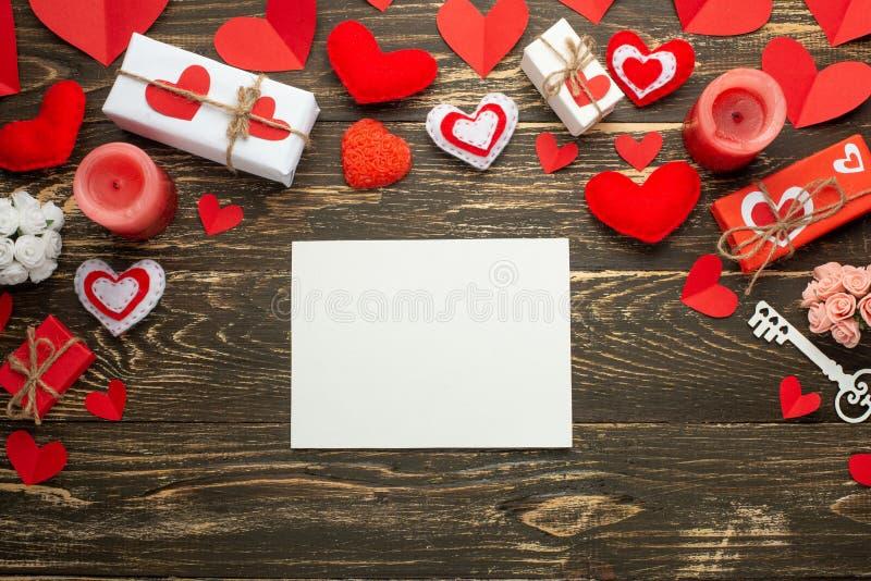 Jour du `s de Valentine Cadre blanc pour une inscription avec les coeurs, les cadeaux et les bougies rouges sur le fond des accro photos libres de droits