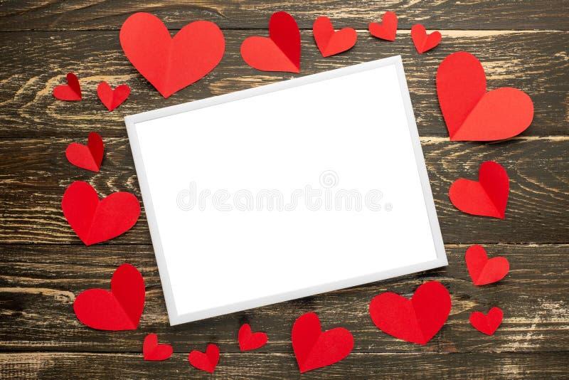 Jour du `s de Valentine Cadre blanc pour une inscription avec les coeurs rouges Fond des accrocs rustiques Texture, l'espace de c photo libre de droits