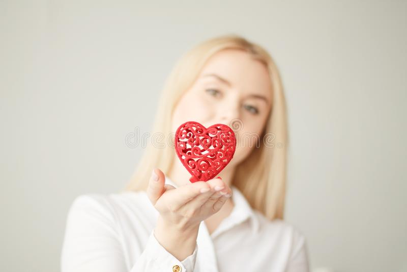 Jour du ` s de Valentine, coeur à disposition, une jeune belle fille image stock