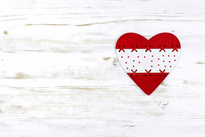 Jour du `s de Valentine coeur rouge sur le fond de conseils blancs photographie stock