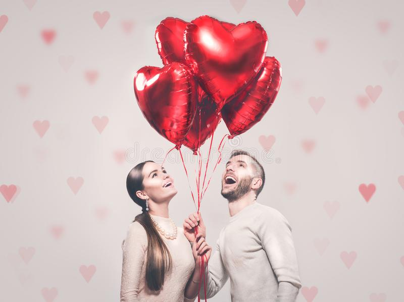 Jour du `s de Valentine Couples joyeux heureux Portrait de fille de sourire de beauté et de son ami bel photo stock