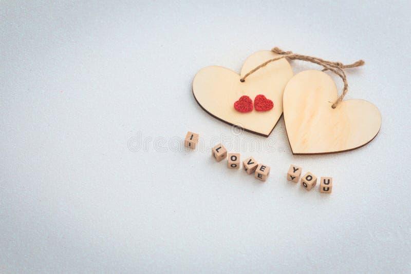Jour du `s de Valentine deux pommes et coeurs avec l'inscription je t'aime, et un endroit ont laissé par mes propres moyens des d photographie stock