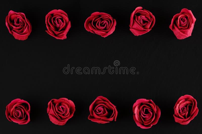 Jour du ` s de Valentine - deux rangées des roses photos libres de droits
