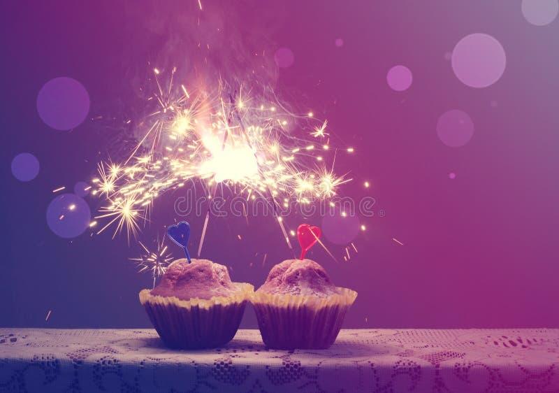 Jour du ` s de Valentine, petits gâteaux foncés du fond deux avec le coeur images libres de droits