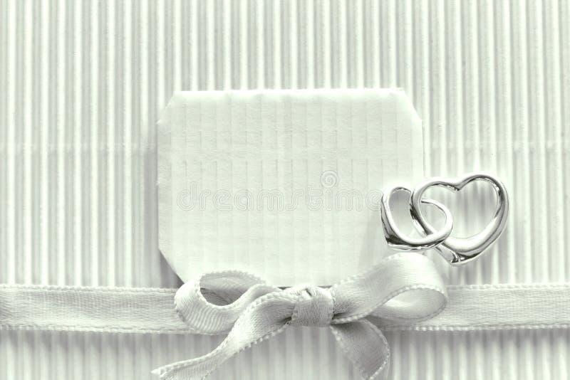 Jour du ` s de Valentine, ruban noir et blanc et en soie, coeur deux argenté photo stock
