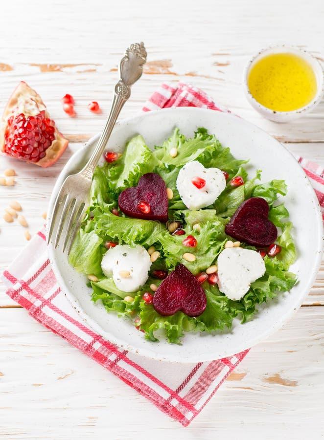 Jour du `s de Valentine Salade fraîche avec du fromage de chèvre, les betteraves rôties et la laitue images libres de droits