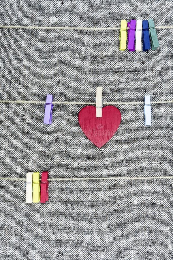 Jour du `s de Valentine Un coeur rouge accrochant sur une corde à linge photo stock