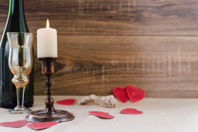 Jour du `s de Valentine vin, bougies, petit coeur images stock