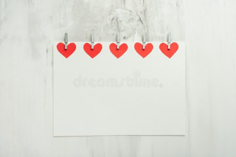Jour du `s de Valentine Vue des cadeaux, coeurs rouges sur un fond blanc Plat-configuration, vue supérieure, l'espace de copie images libres de droits
