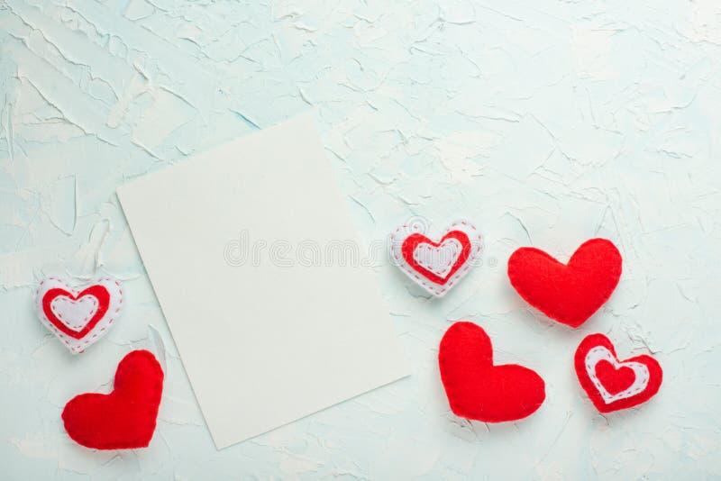 Jour du `s de Valentine Vue des cadeaux, coeurs rouges sur un fond blanc Plat-configuration, vue supérieure, l'espace de copie photographie stock