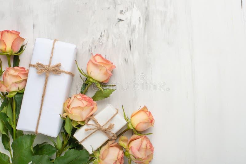 Jour du `s de Valentine Vue faite de fleurs de roses, cadeaux, sur un fond de marbre Fond de jour du ` s de Valentine Configurati photographie stock