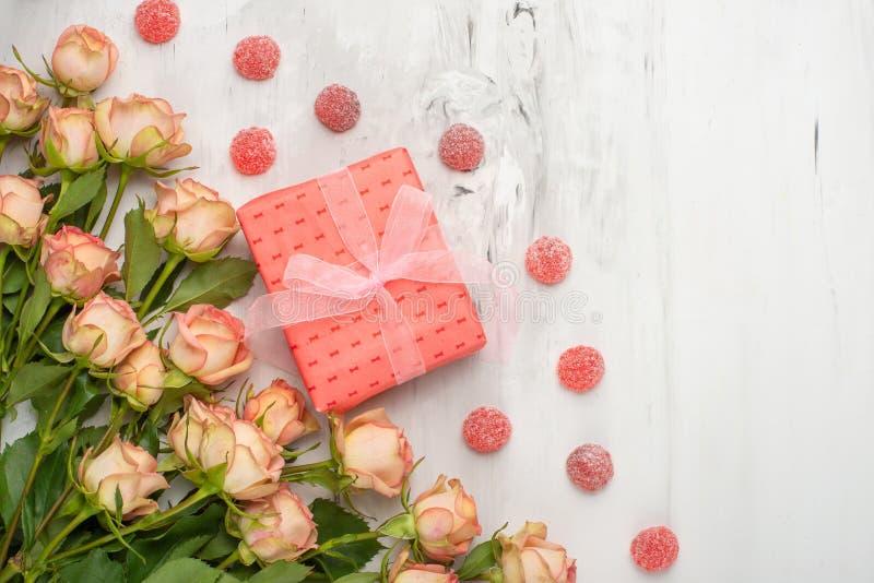 Jour du `s de Valentine Vue faite de fleurs de roses, cadeaux, sur un fond de marbre Fond de jour du ` s de Valentine Configurati photo libre de droits
