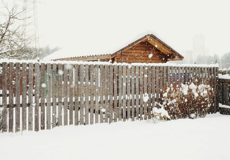 jour en bois de neige d'hiver de construction de logements de barrière image libre de droits