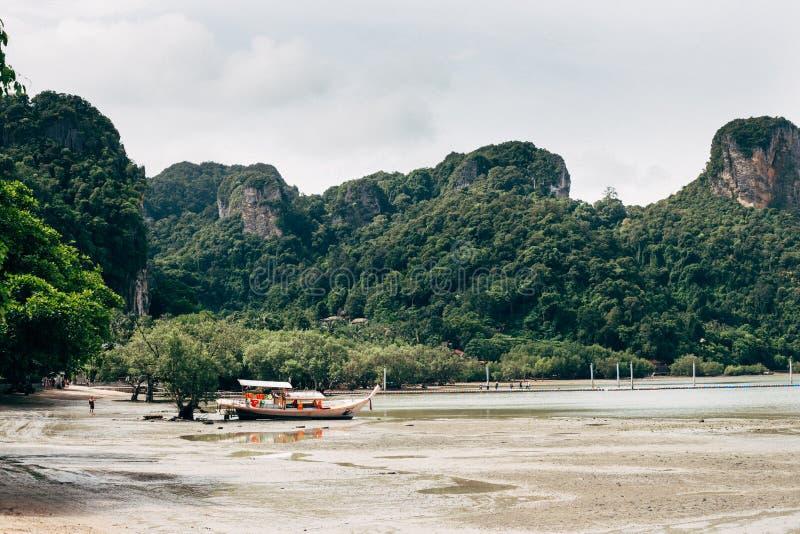Jour ensoleillé à la plage d'ao Nang image stock