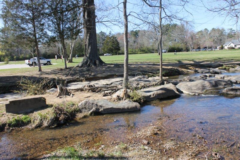Jour ensoleillé à la rivière avec le ciel bleu photo stock